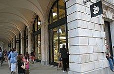 Motorbike Gang Raids Apple's Covent Garden Store.