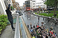 Man Throws Fivers at Crowd In Leicester Square.