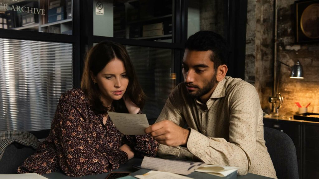 Felicity Jones and Nabhaan Rizwan in The Last Letter From Your Lover, directed by Augustine Frizzell. Photo: Parisa Taghizadeh. Copyright: StudioCanal. All Rights Reserved.